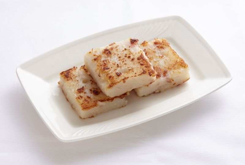 潮品集蘿蔔糕每口都能吃得到料。一份三片蘿蔔糕量足味道地。精挑嫩白蘿蔔和自製米漿,挑除蝦米刺鬚不刺口,點睛臘肉鹹汁融入,糕體有滋有味。火候拿捏得當表皮煎得(恰恰)微焦香脆。