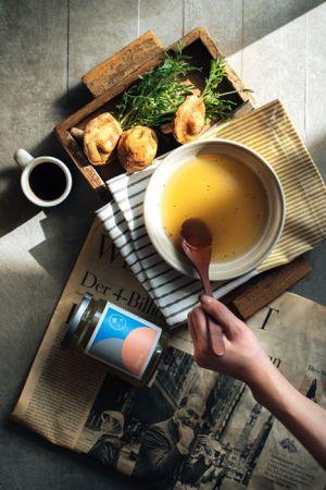 Sboon精算料理湯 營養師調配精算熱量營養纖維,溶入超級食物,以輕斷食重回原點的縮時湯。Pure 傲骨初心的土雞香菇枸杞暖湯醒胃,洋蔥蘋果等十一款蔬食 Bliss 一匙美好冷湯,南瓜洋蔥楓糖柳橙暖湯 Bright 自體發光暖湯。一瓶一早餐,一匙驚豔。