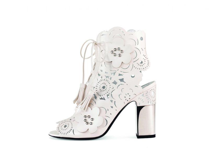 皮革雕花露趾跟鞋,Roger Vivier,NT56,000。