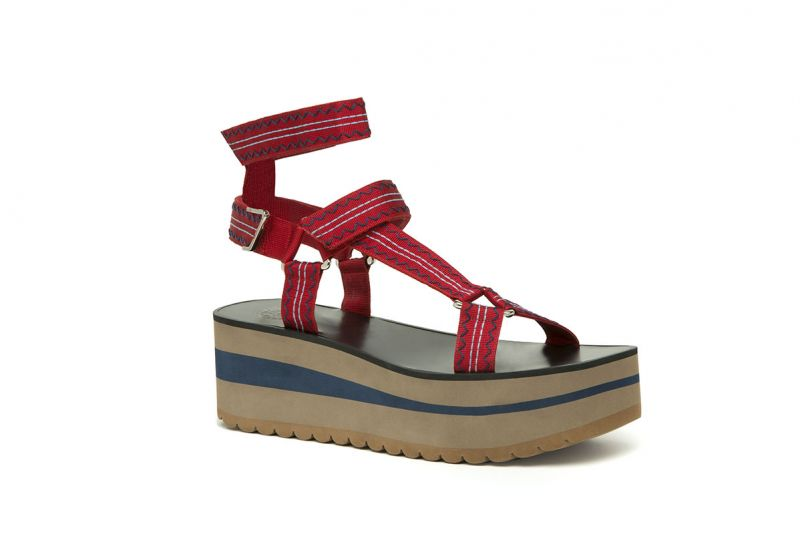 波浪圖紋繫帶涼鞋,Versace。