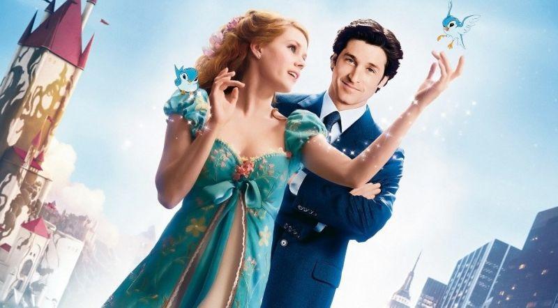 結合動畫與真人的《曼哈頓奇緣》,女主角在片中同樣套上藍色洋裝。