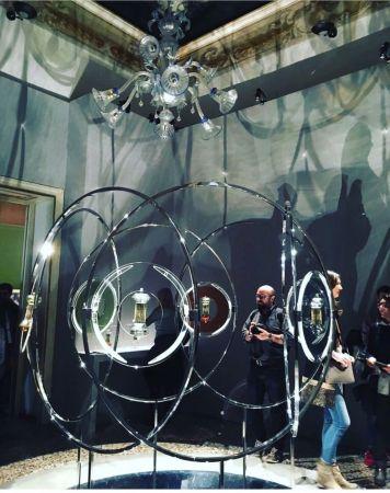 今年4月初,遠在義大利米蘭設計周的展覽中,Diptyque擴香精也以摩登藝術的方式呈現,將隱形的香氛痕跡與沙漏時光結合,使藝術多了嗅覺感官層次。