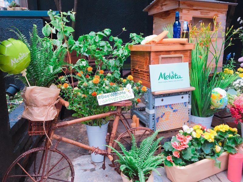 一直到5/10,Melvita蜜葳特與「城市養蜂是Bee要的」打造溫暖又溫馨的實木「迷你獨居蜂旅館」。