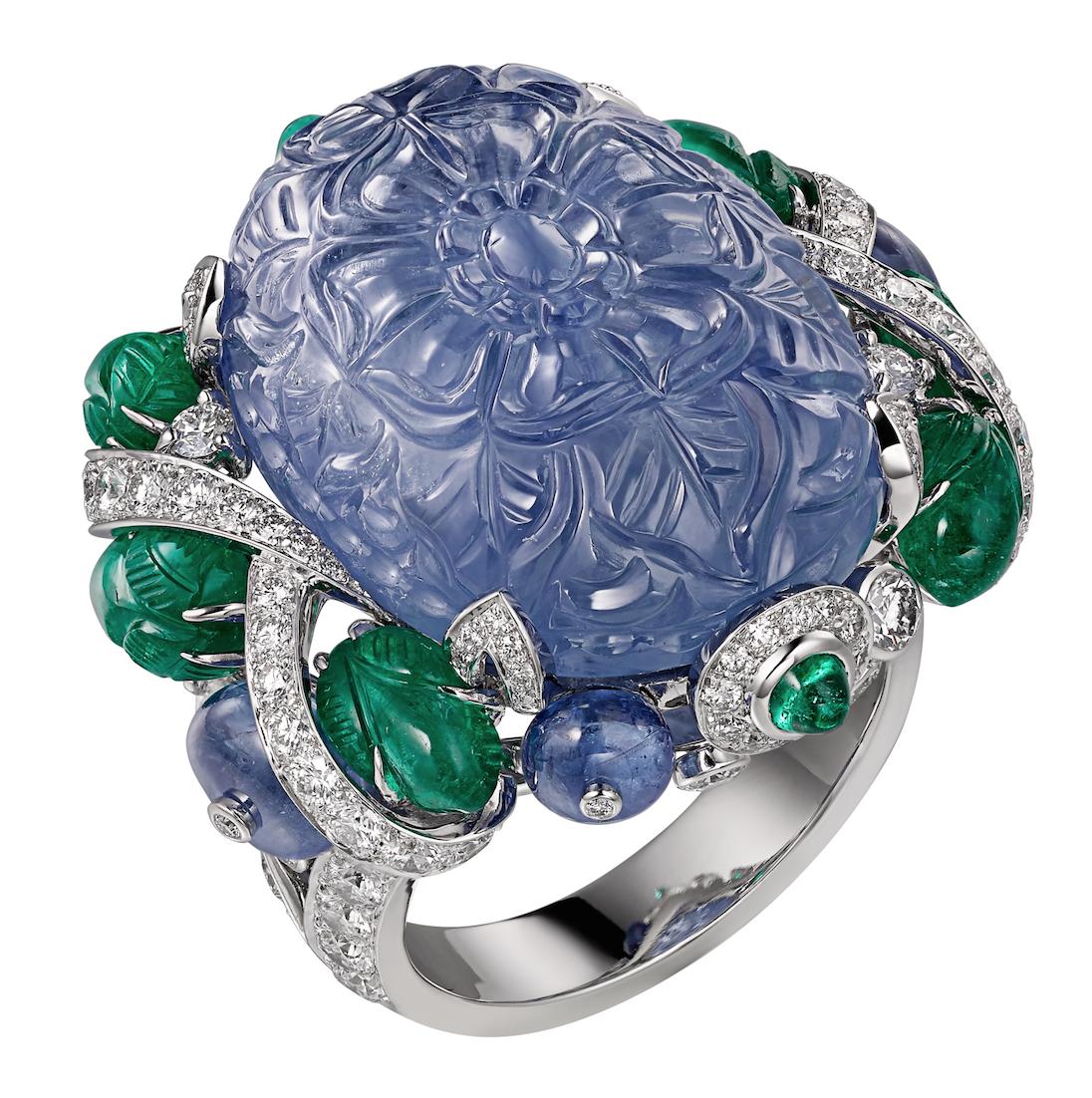 林心如配戴款:AMRITSAR 藍寶石戒指鉑金,主石為49.23 克拉雕刻緬甸藍寶石,凸圓形切割藍寶石、祖母綠,雕刻祖母綠,圓形明亮式切割鑽石,參考價格約NT$ 14,400,000
