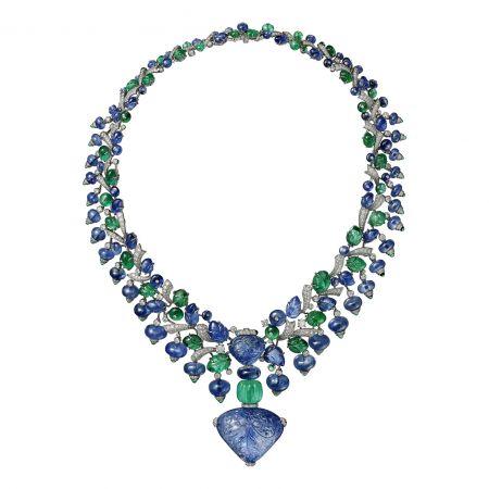 林心如配戴款:AMRITSAR (印度其一城市,意為「花蜜池塘」)藍寶石祖母綠項鍊鉑金,主石為110.29克拉雕刻緬甸藍寶石,21.20克拉雕刻緬甸藍寶石,18.42克拉雕刻尚比亞祖母綠,凸圓形切割藍寶石、祖母綠,祖母綠圓珠,雕刻祖母綠、藍寶石,圓形明亮式切割鑽石。中央寶石可拆卸,亦可換上鍊條佩戴。參考價格約NT$ 130,000,000卡地亞將印度豐富茂盛的風景注入原本的戒指當中,並考究古老傳統,將寶石雕刻成植物圖案。藍寶石雕著細膩的樹葉與莓果,藍綠交織,釋放一股雀躍繽紛的氣息。濃烈的配色被稱作「孔雀尾羽」,係由 路易卡地亞所開創,這項大膽嘗試撼動了當時公認的珠寶美學形式,而如今已然成為經典。驚豔動人的雕刻藍寶石從祖母綠和另一顆藍寶石上垂掛而下,藍寶石可以整顆拆下,另搭配線條柔美、點綴珠寶的項鍊。