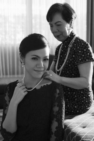 圖片為書中所收錄李坤儀女士與祖母曾文惠女士的合照。