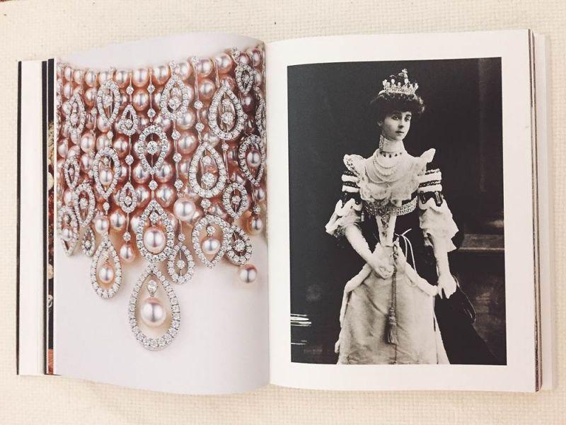 右:英國公爵夫人Consuelo Vanderbilt在英皇愛德華七世的登基典禮上配戴珍珠項鍊
