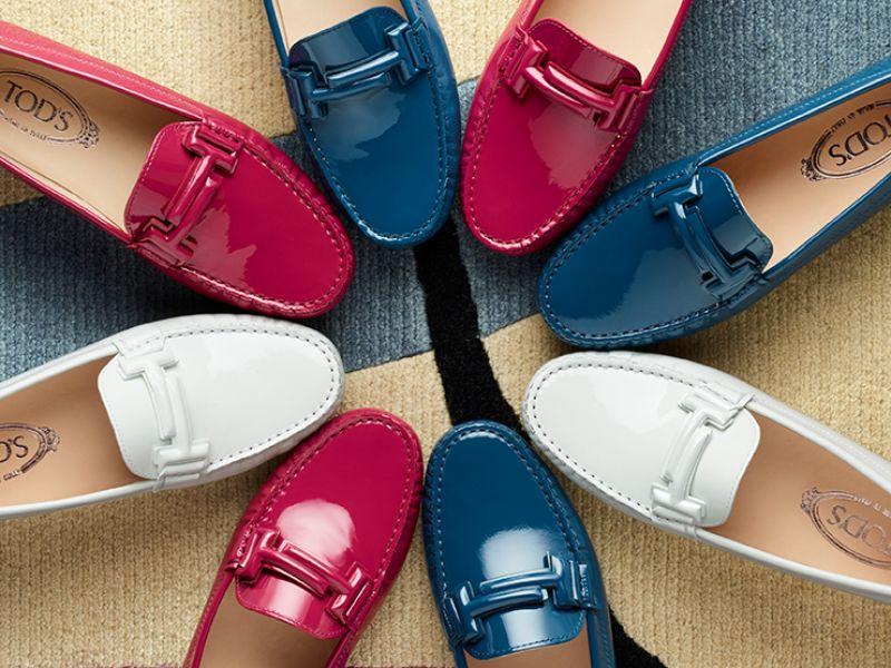 皮革Double T飾釦豆豆鞋(紅),NT20,400、皮革Double T飾釦豆豆鞋(藍),NT20,400、金屬Double T飾釦豆豆鞋(金),NT21,800。