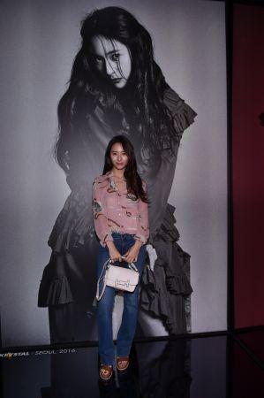韓國f(x)女團成員Krystal秀出TOD'S 皮革Double T Bag的清麗年輕感