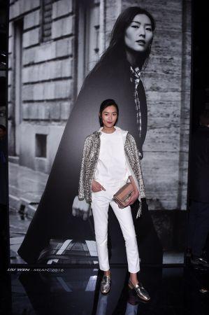 超模劉雯與蛇皮拼接Double T Bag呈現時尚摩登女性風範