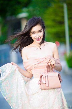 李冰冰粉嫩的紗裙造型,搭配淡粉色的迷你版TOD'S Twist Bag,甜美又優雅