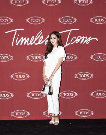Tiffany一身白身褲裝的造型,搭配三色拼接的迷你版TOD'S Twist Bag,呈現都會摩登的氣勢