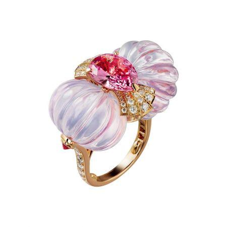 CALLICARPA瓜形紫水晶戒指玫瑰K金,4.06克拉梨形刻面粉色尖晶石,2顆瓜形紫水晶共 58.44克拉,紫色尖晶石,明亮式切割鑽石,參考價格約NT$ 7,200,000