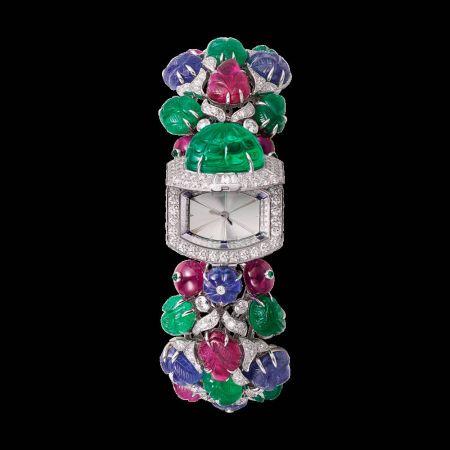 TUTTI AGRUMES水果錦囊頂級珠寶系列腕錶白K金,1顆哥倫比亞雕刻祖母綠共重9.74克拉,24顆紅寶石,10顆祖母綠,8顆藍寶石,明亮式切割鑽石、方塊精雕calibre-cut鑽石,石英機芯,參考價格約NT$ 46,100,000