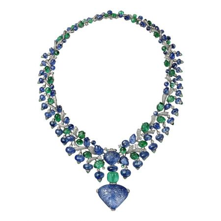 AMRITSAR (印度其一城市,意為「花蜜池塘」)藍寶石祖母綠項鍊鉑金,主石為110.29克拉雕刻緬甸藍寶石,21.20克拉雕刻緬甸藍寶石,18.42克拉雕刻尚比亞祖母綠,凸圓形切割藍寶石、祖母綠,祖母綠圓珠,雕刻祖母綠、藍寶石,圓形明亮式切割鑽石。中央寶石可拆卸,亦可換上鍊條佩戴。參考價格約NT$ 130,000,000