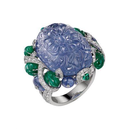 AMRITSAR 藍寶石戒指鉑金,主石為49.23 克拉雕刻緬甸藍寶石,凸圓形切割藍寶石、祖母綠,雕刻祖母綠,圓形明亮式切割鑽石,參考價格約NT$ 14,400,000