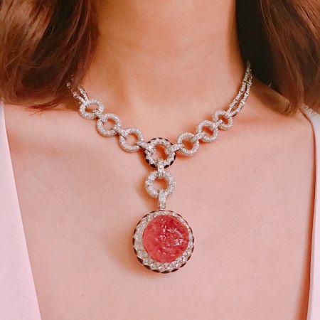 莫允雯的珠寶細節CARMINA 紅碧璽鑽石項鍊白K金,59.08克拉花式切割刻面紅碧璽,縞瑪瑙,明亮式切割鑽石,參考價格約NT$ 19,800,000