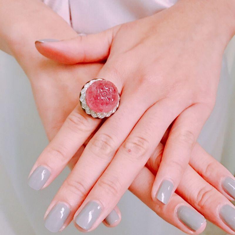 莫允雯的珠寶細節CARMINA紅碧璽鑽石戒指白K金,44.56克拉花式切割刻面紅碧璽,縞瑪瑙,明亮式切割鑽石,參考價格約NT$ 7,350,000