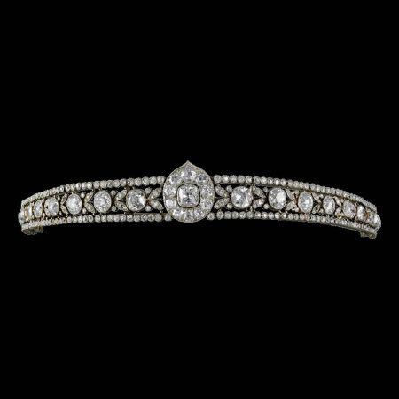 卡地亞古董珍藏系列「葉片」造型頭飾美好年代─花環風格 (1890 – 1918)卡地亞巴黎,1913年鉑金,鑽石鉸接式的鑽石鑲嵌葉片中間以大顆的種子式鑲嵌枕型鑽石交替,兩邊以圓形切割鑽石鑲嵌作為邊框,葉形中心為鋪鑲枕形和舊歐式切割鑽石,以更大顆的枕形鑽石為中心,可拆卸的玫瑰金扣式扣頭,此頭飾以螺絲起子調整,可做為手環,印有CARTIER PARIS LONDRES字樣,參考價格約NT$ 32,500,000