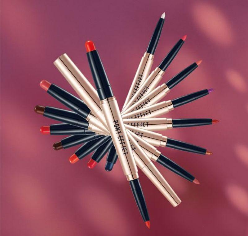 PONY EFFECT推出的4D曲線雙頭唇筆,總共有八個顏色,其中正夯的乾燥玫瑰#COMMANDER、土色#ADVOCATE絕對不可少,另外還有粉嫩的PONY色#LEADER,以及充滿個性的限量色#PIONEER。