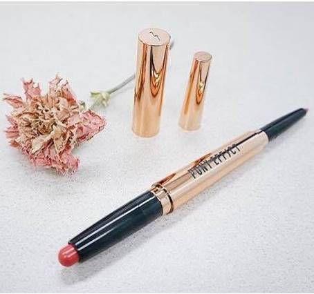 金色筆狀外觀搭配雙頭設計,4D曲線雙頭唇筆2 in 1,唇膏添加的完美上色粒子讓色澤飽和,唇筆的設計打破唇形限制,可以精準勾勒出俐落輪廓。
