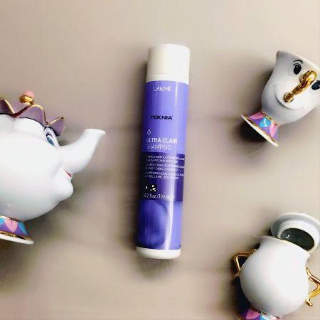 LAKME 矯色洗髮精在夏天水水都有一個漂爆自己頭髮的慾望,可是漂過的頭髮都會很快就褪到金黃金黃的跟稻穗一樣,如果染的顏色比較冷色淺色之類就需要補色,矯色洗髮精是延長冷色調髮色的亮度,它的顏色很嚇人是小時候受傷擦的紫藥水色,沒浮誇真的超紫!記得要讓紫泡泡在頭髮上停留數分鐘再沖掉才有效喔!推薦者:Marie Claire服裝編輯 劉芒