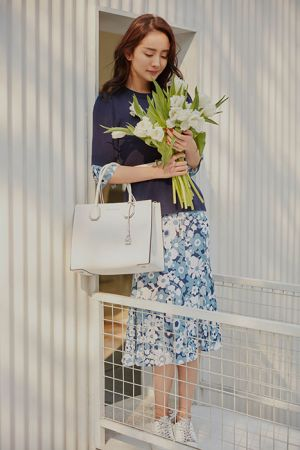 Look 3印花洋裝搭上小白鞋和純白Mercer手袋,俐落包款也變得柔美許多
