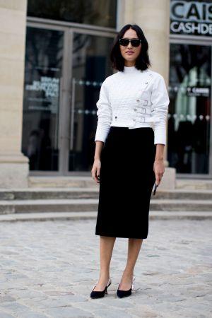 國際知名部落客 Nicole Warne,雙腳踩上J'adior 緞帶尖頭鞋款,淡化上身劍道服輪廓的剛硬感,添份優雅氣質。