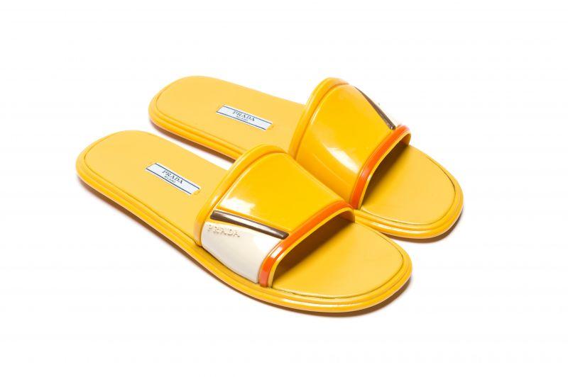 橘黃橡膠拖鞋,Prada。