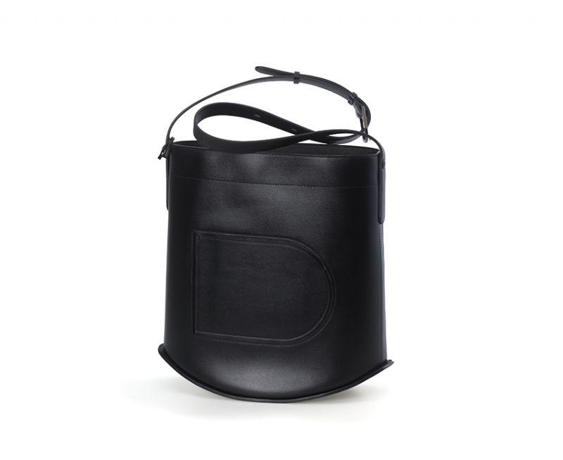 黑色牛皮水桶包,Delvaux。