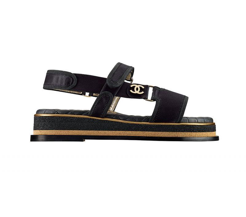 黑金雙色緞面雙C標誌厚底涼鞋,Chanel。