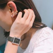 不對襯設計的銬式耳環 – 一側是單圈白K金,另一側是連接在一起的三圈寬窄與材質不一的夾銬式耳環,編輯選擇把這四圈全部戴在同一側。
