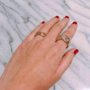 錯落鑲嵌的鑽石,不只有閃亮光澤,讓在平日穿戴時也不覺得有負擔,或是自由選擇要把鑲有鑽石的那一側向內或外轉,都是戴珠寶的小小樂趣。