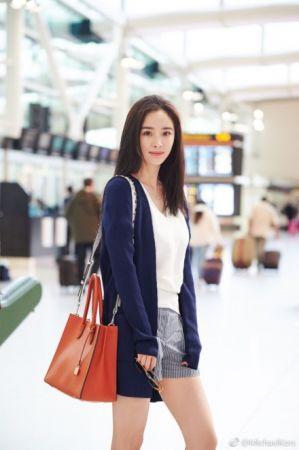 楊冪一身休閒的靛藍外套、白上衣加條紋短褲,搭配澄橘色mix白背帶的Mercer包,輕便又有活力現身機場。