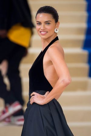 巴西超模阿德瑞娜·利瑪(Adriana Lima) 佩戴蕭邦Chopard珠寶,出席紐約大都會博物館時裝晚宴MET Gala