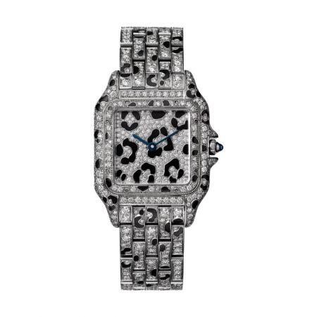 Panthère de Cartier美洲豹白金豹斑紋鑽石腕錶錶殼、錶帶全鋪鑲明亮式切割鑽石及黑色琺瑯豹紋,搭載石英機芯,八角形錶冠鑲嵌藍寶石中型款,參考價格約NT$ 4,330,000