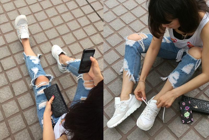 潮妞必備、率性100%的New Balance WL999熱愛韓國流行文化與出國旅遊的企劃編編,日常穿著有著時下最大勢的潮流氣息,鮮明又有個性的重度破壞加工牛仔褲、層次背心搭配頸鍊與飾品,穿上運用多種材質與白色調層次打造而成的WL996款,透氣網布的各種機能精緻設計,好穿舒適之外更堅固造型,呈現無違和感的率性街頭模樣,有型女孩瞬間GET!
