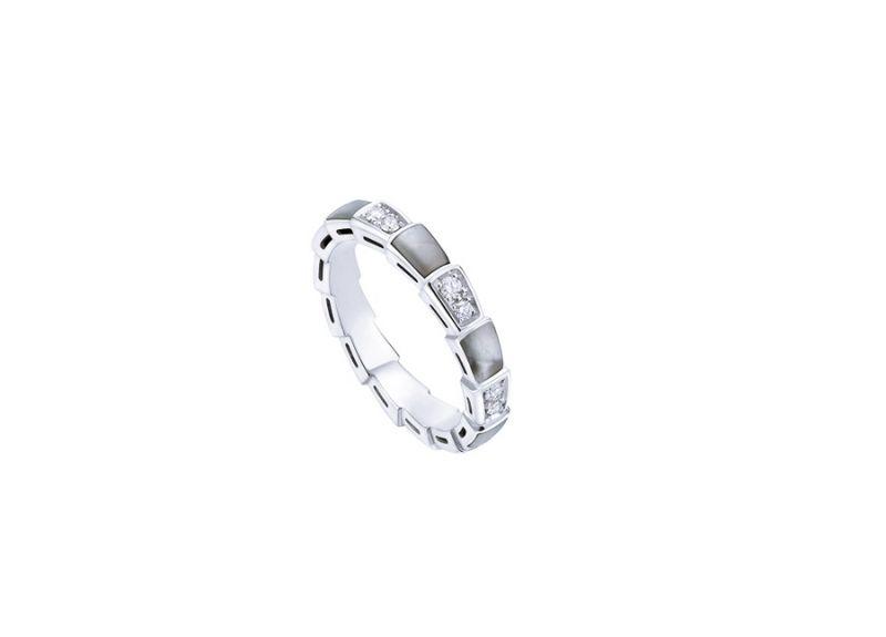AN857934_BVLGARI SERPENTI VIPER RING 白K金珍珠母貝鑽石戒指,參考價格 約新台幣107,000元
