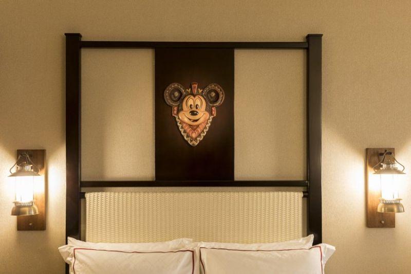 每間客房內皆有米奇頭像的木雕工藝品
