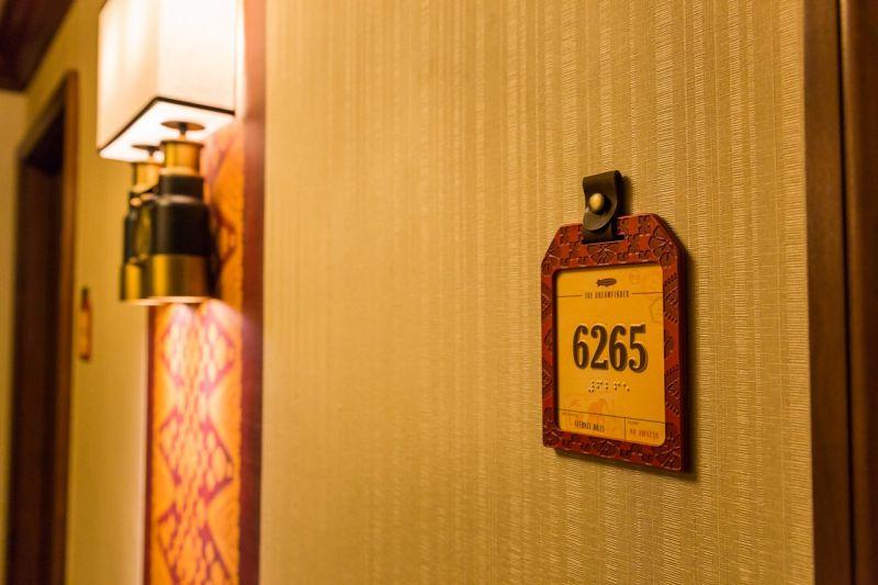 房號以行李吊牌形式呈現,設計細緻