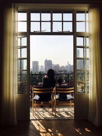 (翻攝網路)影迷在武康大樓取《喜歡你》海報同角度拍照朝聖