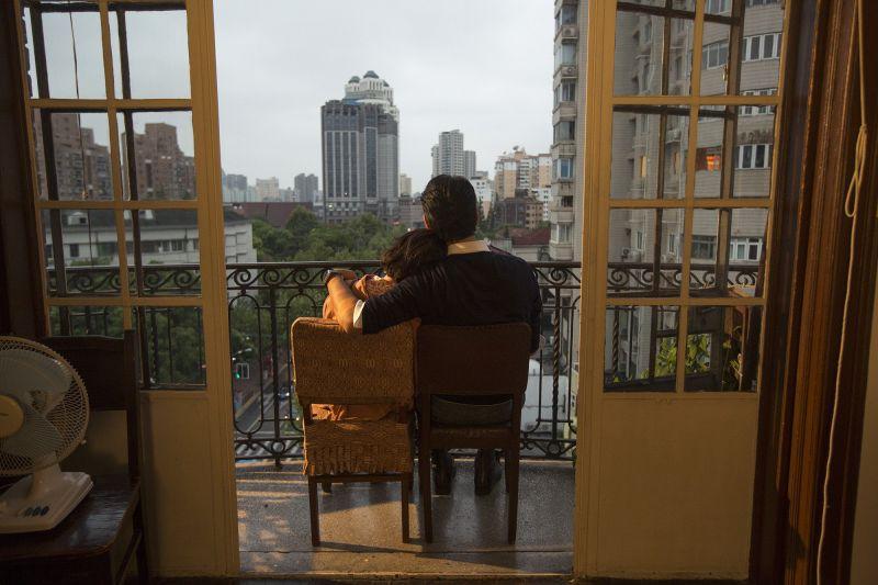 金城武與周冬雨看夕陽的背影