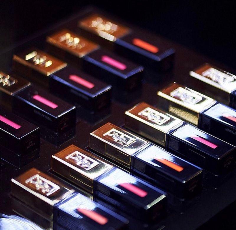 全新推出的YSL超水感奢華緞面唇釉以搖滾為主題,此次推出的新色果然讓人high翻天