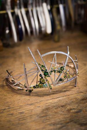 「眩彩花園」冠冕,Scott Armstrong 為 Chaumet 設計的作品,2017年。Chaumet 邀請倫敦聖馬丁珠寶設計學生參與「21世紀的冠冕」設計競賽,此為冠軍作品,是本次展覽的壓軸。