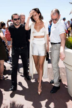 Bella Hadid絲緞奶油色的兩節式套裝,搭配長版罩衫飄逸又性感~