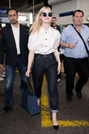 Elle Fanning氣質脫俗的Elle Fanning以一身簡單俐落的襯衫+丹寧褲現身, 俐落又帥氣!