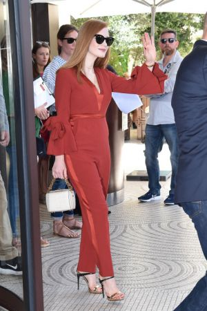 Jessica Chastain磚紅色的荷葉袖子套裝, 休閒中又不失正式