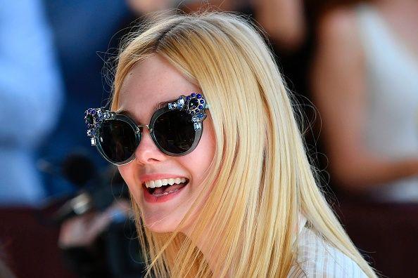 Elle Fanning.華麗的大墨鏡是點亮簡約造型的關鍵