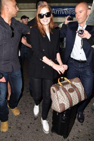 Jessica Chastain另一套黑西裝內搭白上衣則更顯俐落帥氣