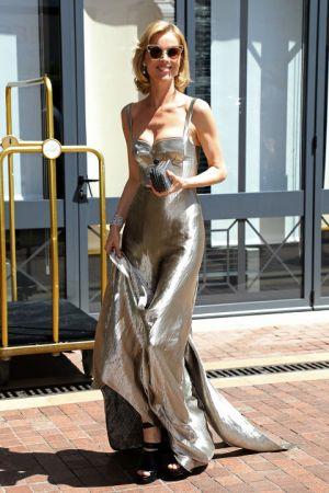 Eva Herzigova香檳金的貼身禮服穿出隨興性感的氛圍, 好適合夏天